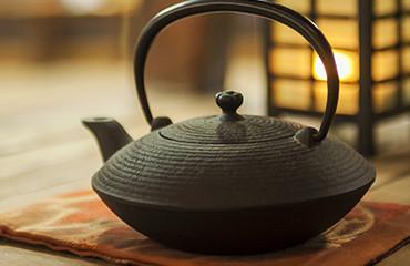 我們特別使用岩手県引以為傲的南部鐵壼來沏茶,水燒開後會譲水質變柔軟,使茶的味道更加 細膩可口。